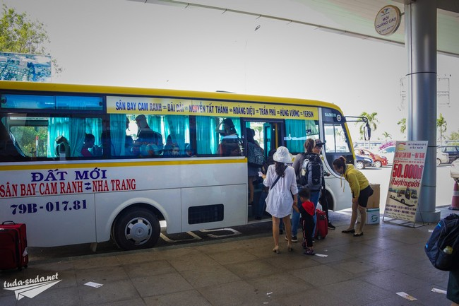 Автобус в аэропорту Камрань