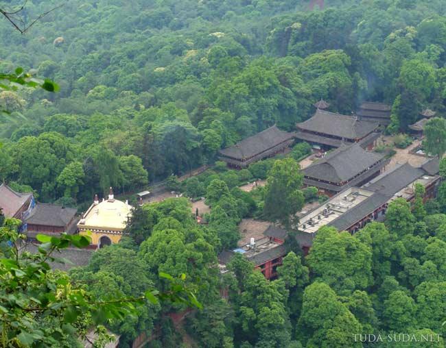 Храм в горах Эмэйшань