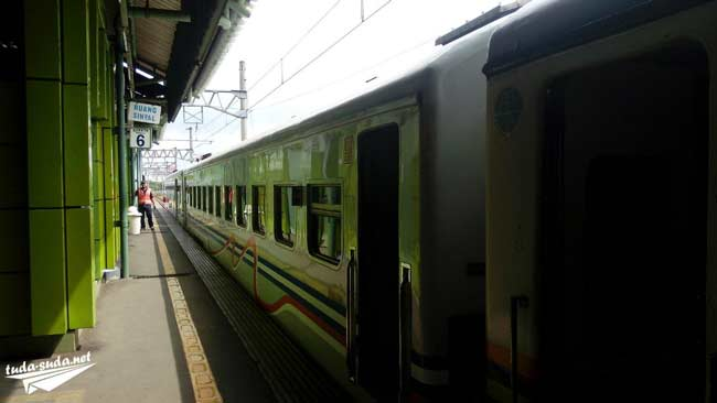 Поезд Джакарта-Джокьякарта