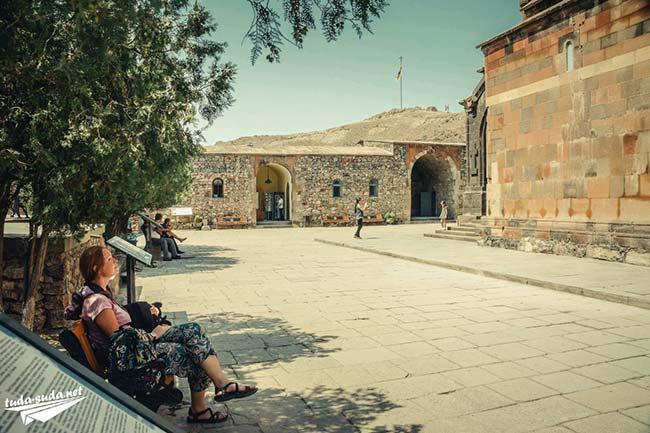 Внутренний дворик Хор Вирап