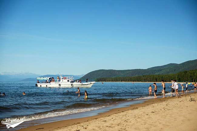 Пляж в Максимихе на Байкале