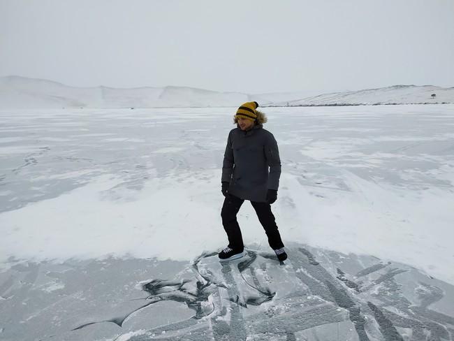 коньки на льду Байкала