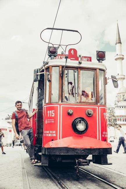 Трамвай на площади Таксим