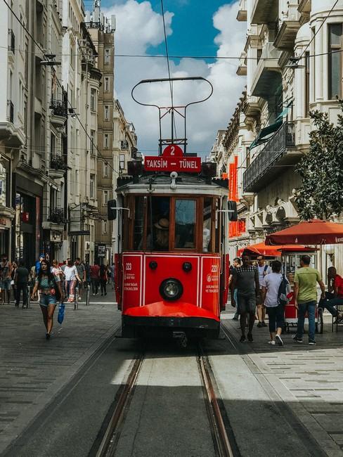 Исторический трамвай на улице Истикляль
