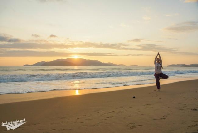 йога на пляже утро