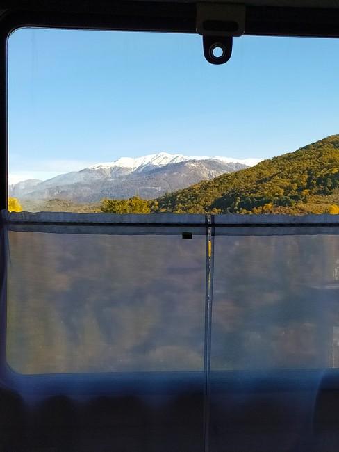 Вид из окна поезда на горы
