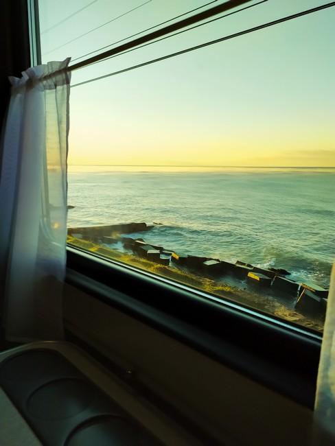 Вид из окна поезда на море
